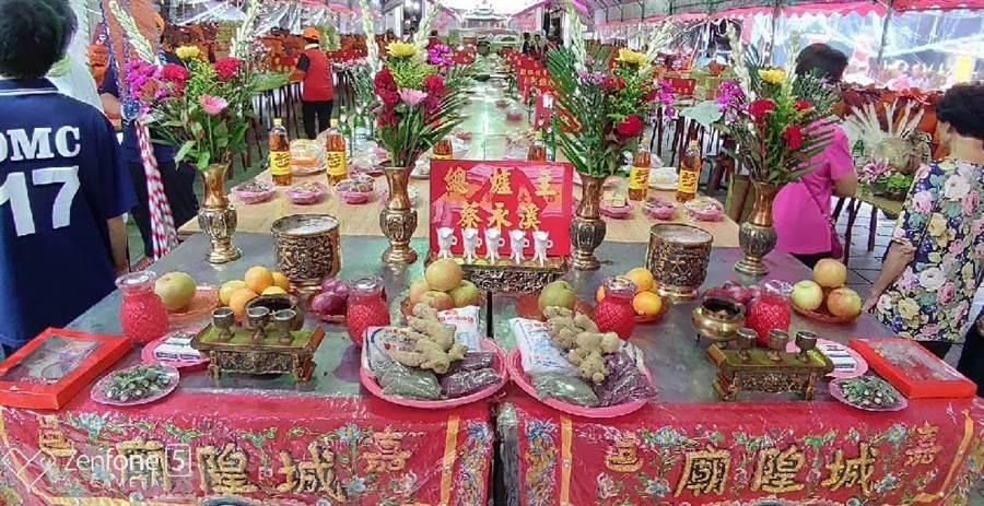 嘉義市城隍廟開普,供桌祭品澎湃。(廖素慧翻攝)