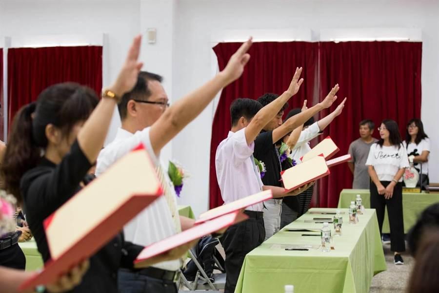 基隆市108學年度市屬學校校長、園長交接布達典禮,1日在市府禮堂舉行,校長、園長宣誓就職。(基隆市政府提供)
