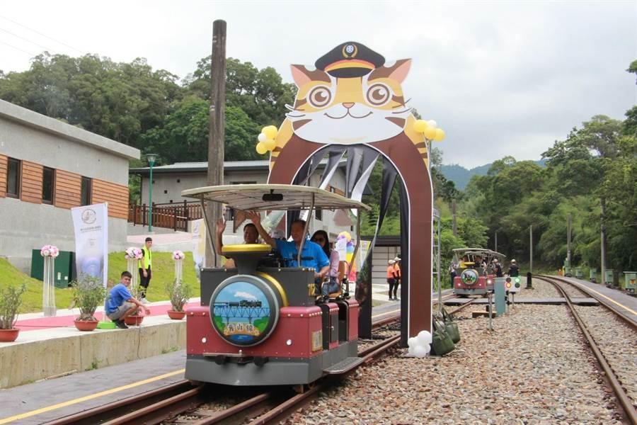 三義鐵道自行車7月正式營運,吸引各地遊客前往朝聖。(何冠嫻攝)