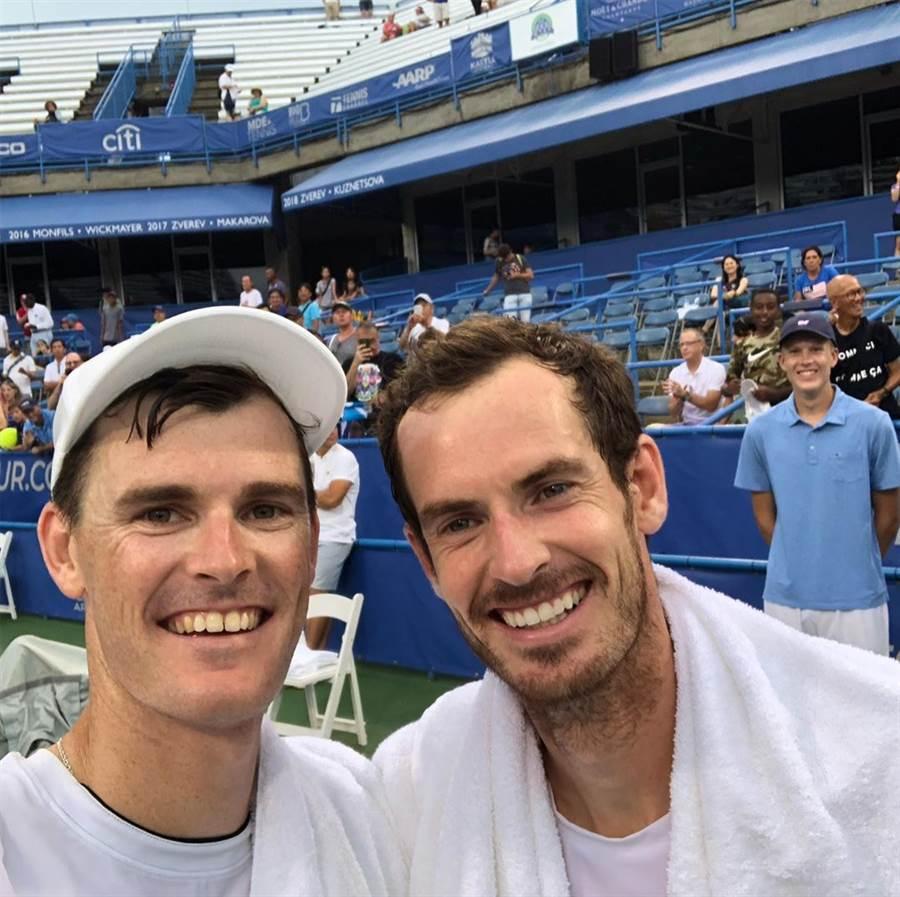 J.莫瑞在Instagram放上跟弟弟A.莫瑞的合照,两人笑得相当开心。