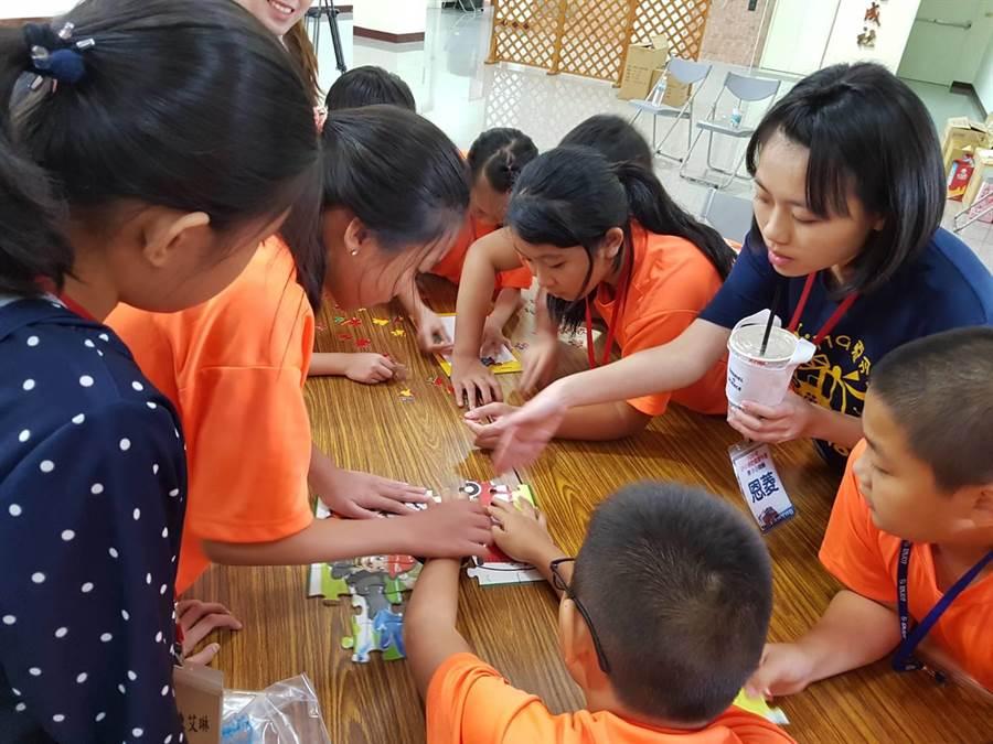 小小消防員夏令營活動,學童熱情參與。(甘嘉雯翻攝)