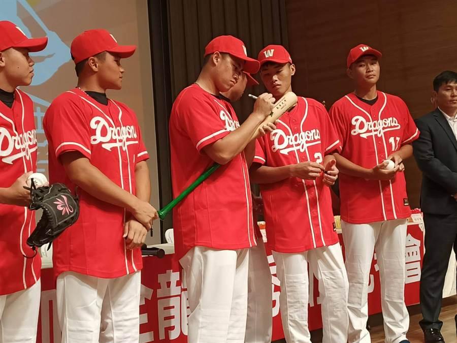 6位加盟球员分别在球棒上签名,并将球棒致赠给南华大学。