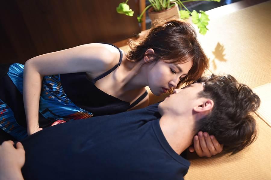 曾沛慈在MV裡與男模有不少親密戲。(亞神音樂提供)