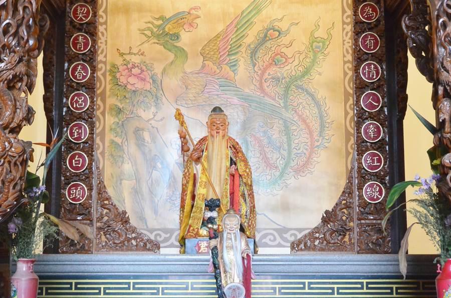慈裕宮內供奉月下老人,香火鼎盛,促成多對佳偶。(巫靜婷攝)