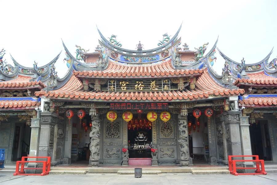 擁有365年歷史的竹南慈裕宮首辦單身聯誼活動,希望讓媽祖、月老幫忙牽紅線促成良緣。(巫靜婷攝)