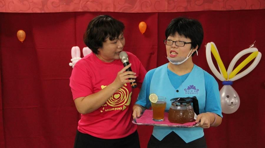 「信望愛」心智障礙學員成果展,以茶會方式,讓貴賓品嚐手作點心及飲品。(王文吉攝)