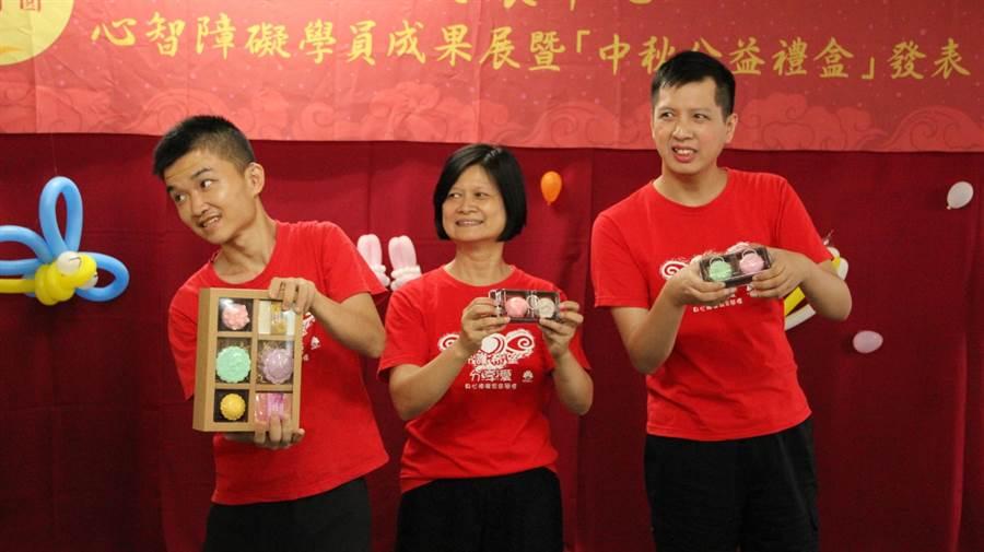 「信望愛」心智障礙學員發表中秋公益禮盒,內有和果子及月餅造型的手工皂,希望社會大眾支持訂購。(王文吉攝)