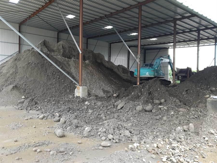 整治計畫通過固化廠商卻不明,受到汙染的廢土6月時被挖出堆置現場至今,竹南民眾憂心二次汙染。(巫靜婷翻攝)