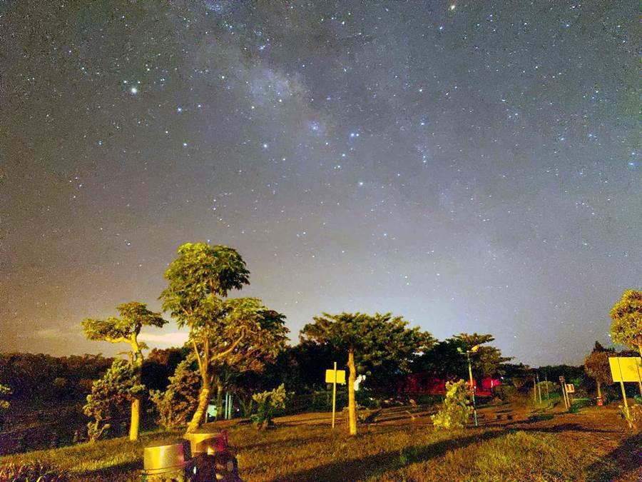 墾丁光害少是觀星好場所,產業聯盟在社頂公園大草坪舉辦「墾丁星海草地音樂會」,邀請民眾免費參加。(黃耀寬提供)