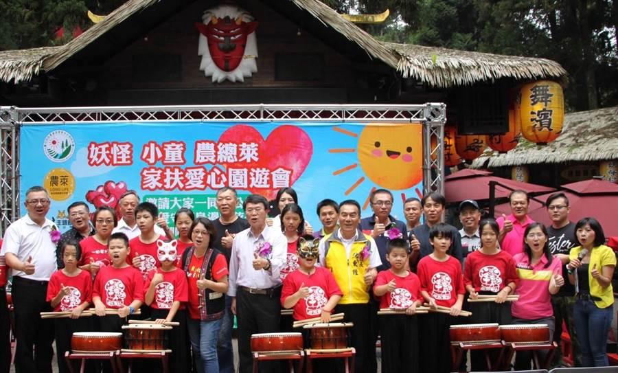 ▲妖怪村長林志穎(左)與參加園遊會開幕式的家扶兒童和貴賓們合影。(楊樹煌攝)