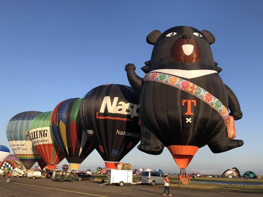 台灣喔熊在法國升空。(楊漢聲翻攝)