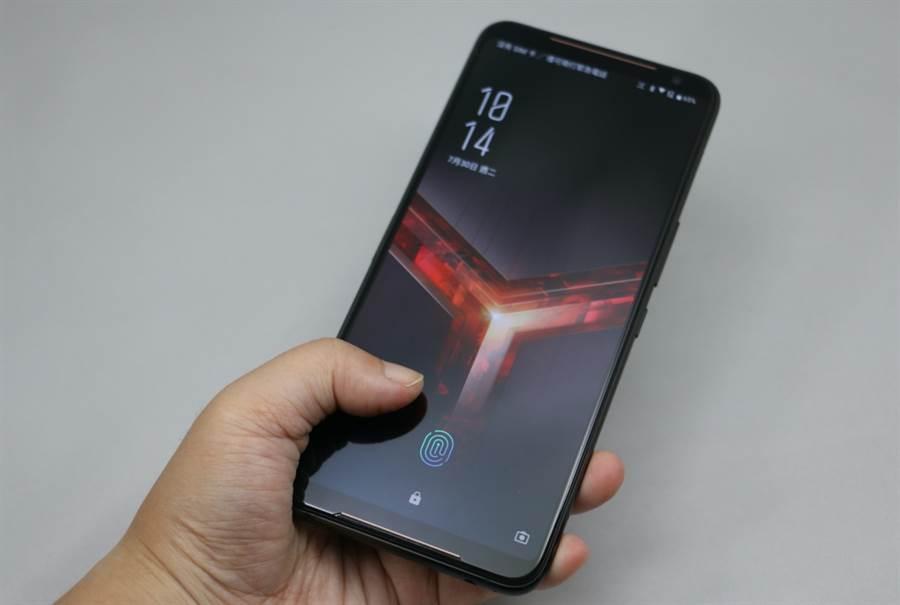 ROG Phone II採用螢幕指紋解鎖。(圖/黃慧雯攝)