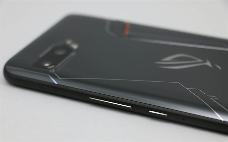 ROG Phone II手機四周機身。(圖/黃慧雯攝)