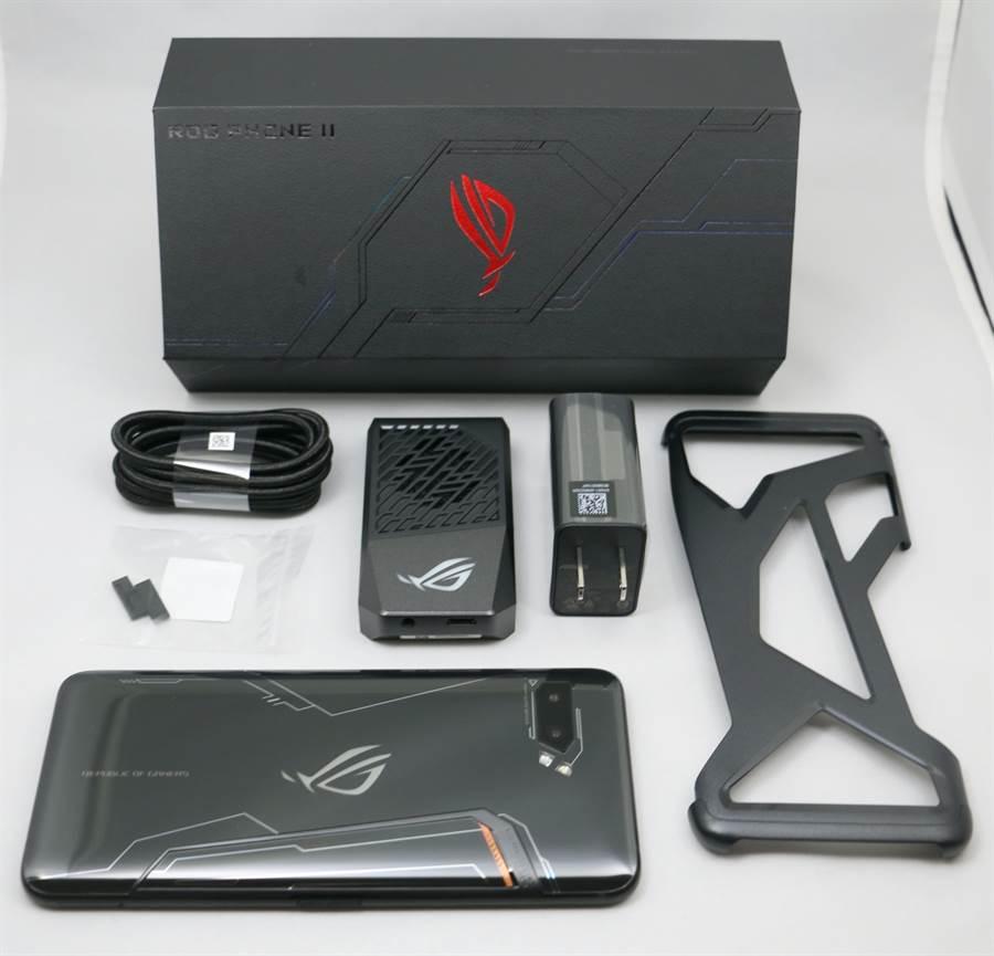ROG Phone II手機與專屬包裝盒內配件。(圖/黃慧雯攝)
