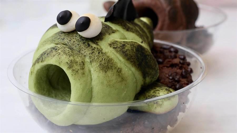 當地糕餅業者推出高美溼地限定的彈塗魚、招潮蟹特色餐點,逼真可愛模樣,令人不知從何下手。。(王文吉攝)