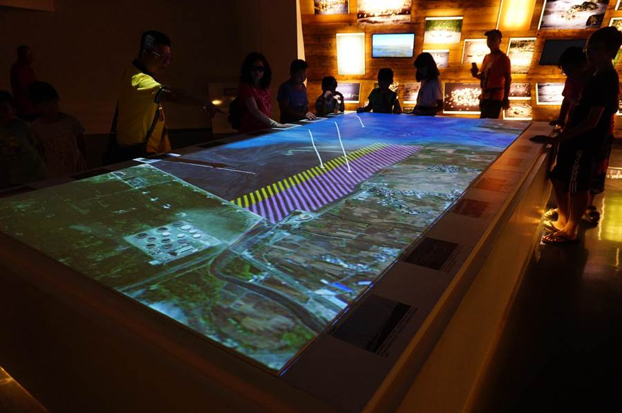 高美溼地遊客服務中心規畫「生態體驗館」,提供遊客完整的溼地與生態知識。(王文吉攝)