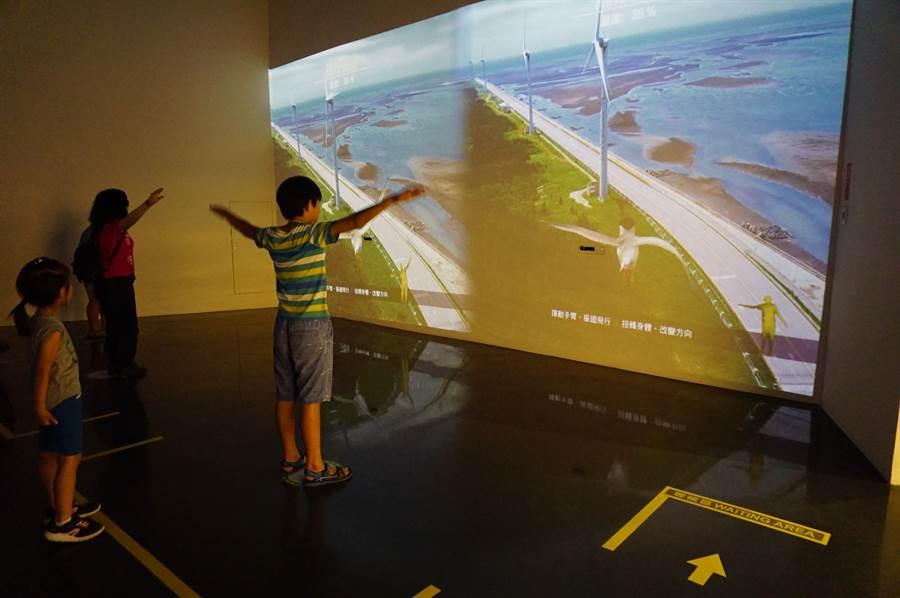 高美濕地遊客中心設有「展翅高飛」互動體驗設施,藉由體感裝置設計的互動遊戲,增加遊客對於溼地生態的印象。(王文吉攝)