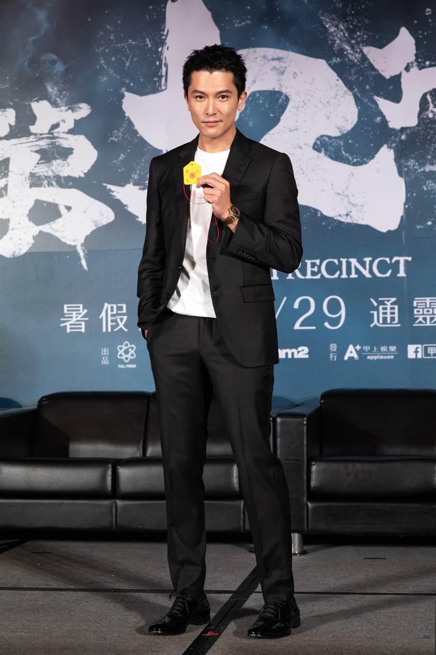 邱澤昨出席記者會,拿著第九分局護身符。