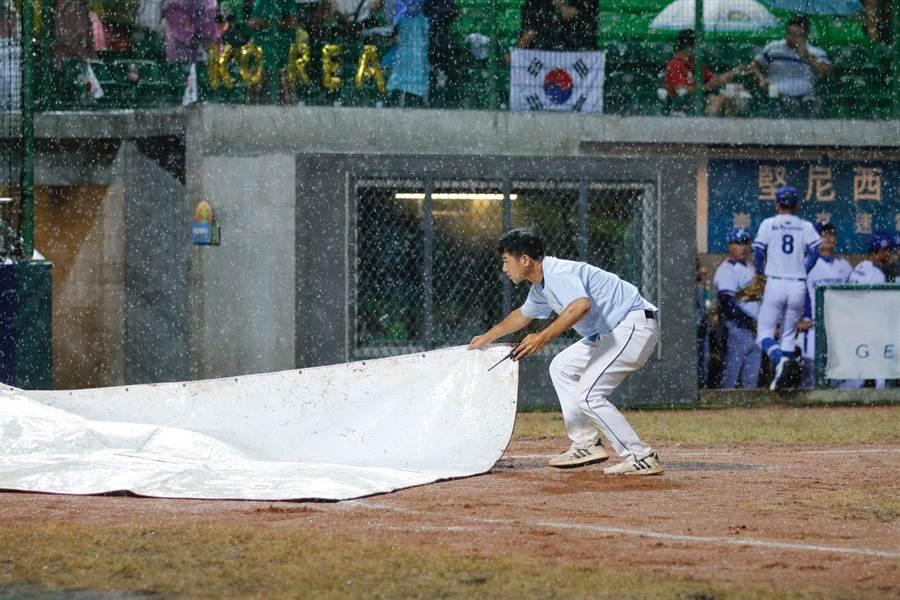現場因下起大雨中斷比賽。(中華棒協提供)