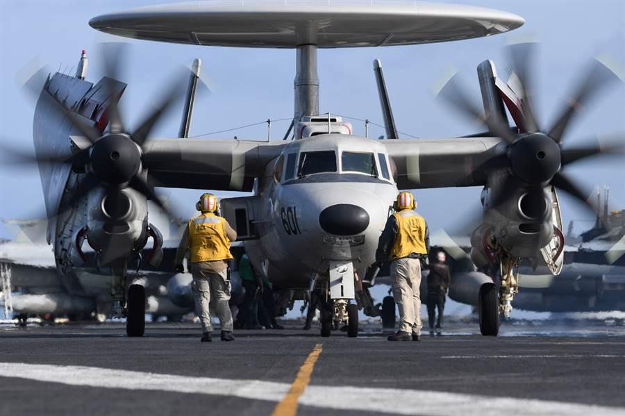新一代的E-2D先進鷹眼艦載空中預警機,將協助第4代艦載戰機進行防空任務,對抗第5代隱形戰機。圖為杜魯門號航空母艦上部署的E-2D預警機。(圖/美國海軍)