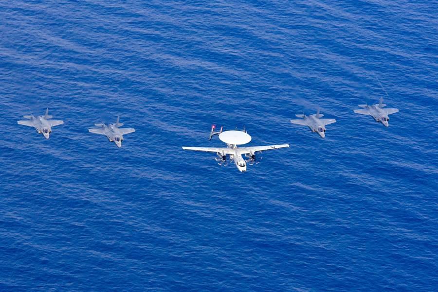 美海軍新一代空中預警機E-2D與4架F-35編隊飛行,這架預警機的造價與周圍4架F-35造價相當,其重要性不言可喻。(圖/美國海軍)