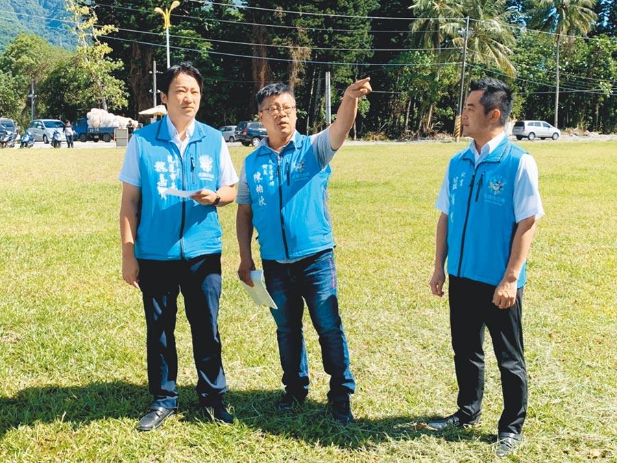 花蓮市長魏嘉賢(左)上任後積極針對佐倉墓地遷葬事宜著手,他說:「現在不做,以後也沒人會做」,不願浪費土地,也替市民建置良好公共區域。(王昱凱攝)