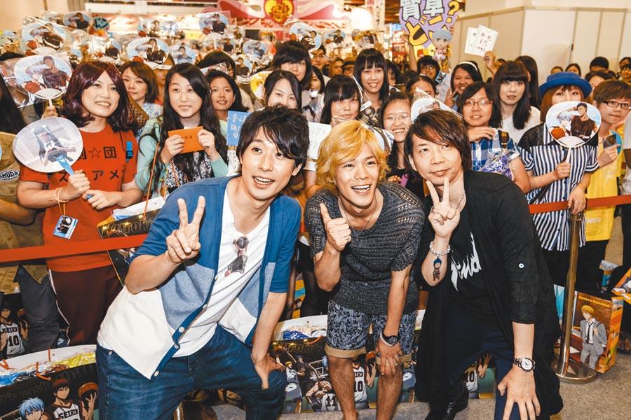 第20屆漫畫博覽會邀請超人氣聲優小野賢章(中)前來,與漫迷相見歡。(本報資料照片)