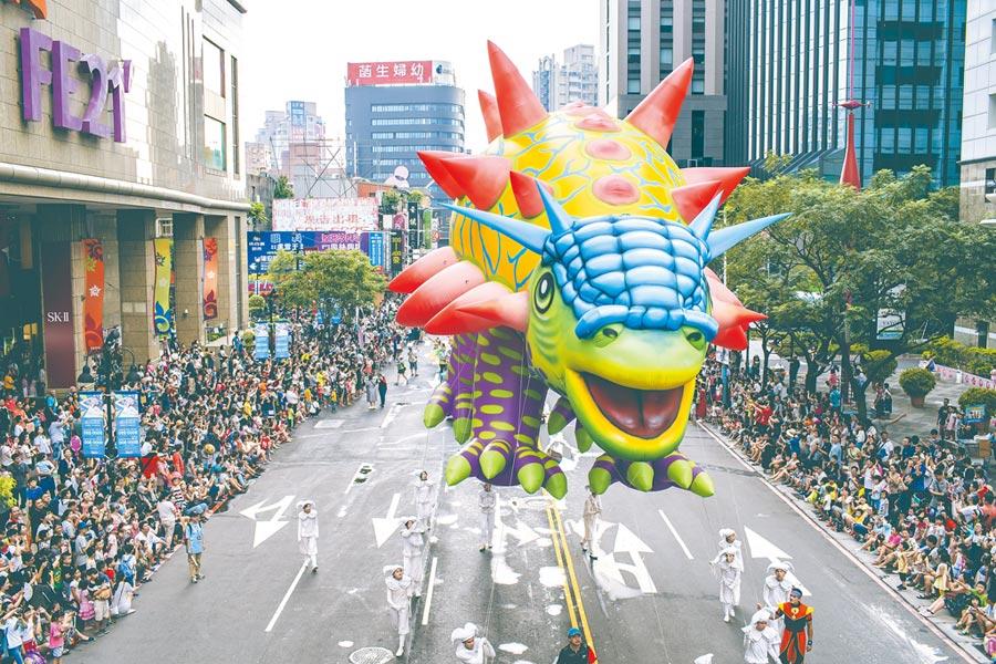 「2019新北市兒童藝術節」8月4日在板橋市區舉辦歡樂變裝大遊行,當天下午1點到晚上7點將針對周邊道路進行交管,圖為去年遊行畫面。(戴上容翻攝)