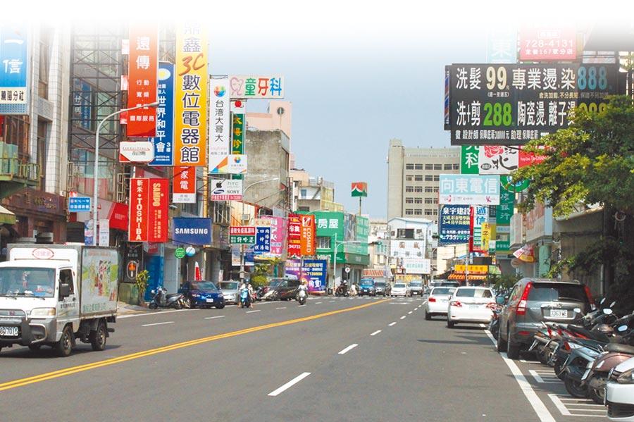 曉陽路被點名路邊停車違規第2名,去年取締違停次數601次,但周邊路外停車場有4場。(吳敏菁攝)