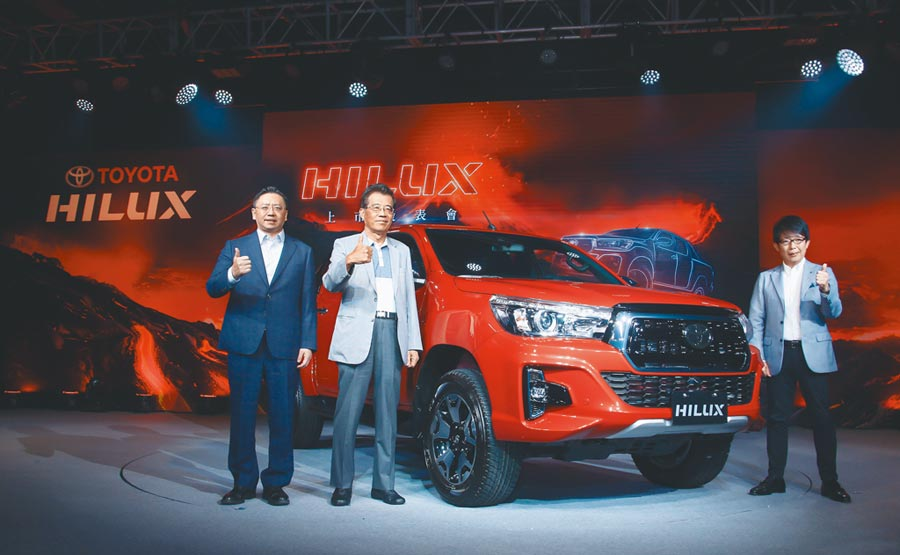 TOYOTA總代理和泰汽車總經理蘇純興(左起)、董事長黃南光、TMC總工程師小西共同發表TOYOTA HILUX。(羅永銘攝)