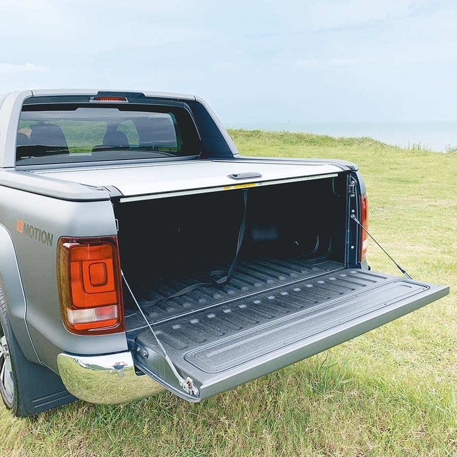 19年式VW Amarok V6 Aventura將後捲簾列為標配。(陳大任攝)