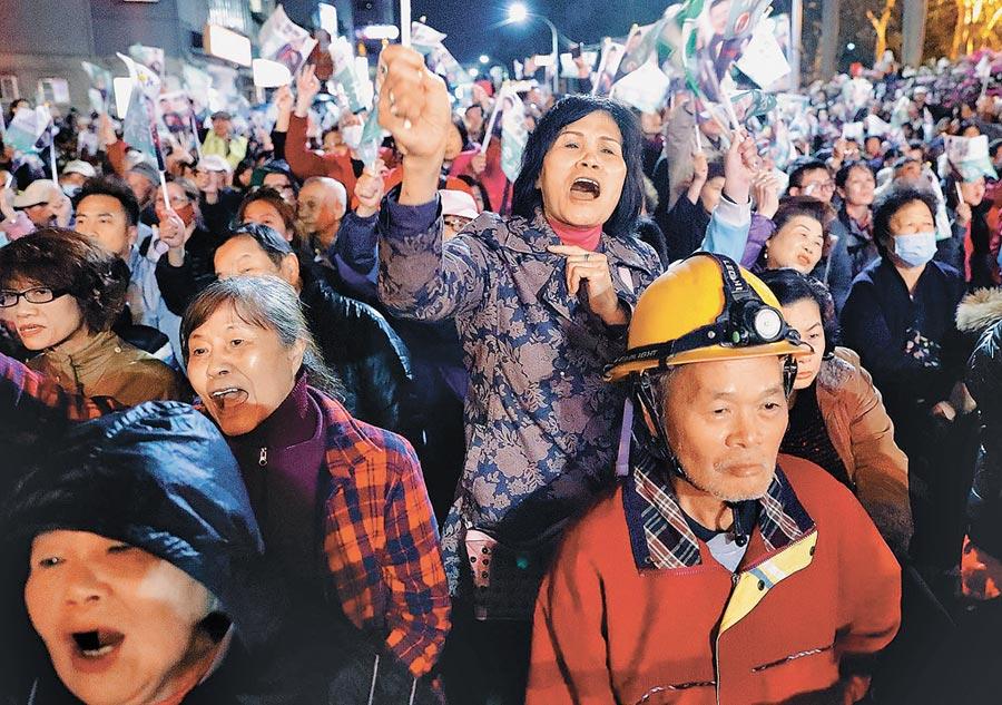 選舉接近,大陸暫停赴台自由行簽注。圖為3月15日,三重立委補選選前之夜造勢。(本報資料照片)