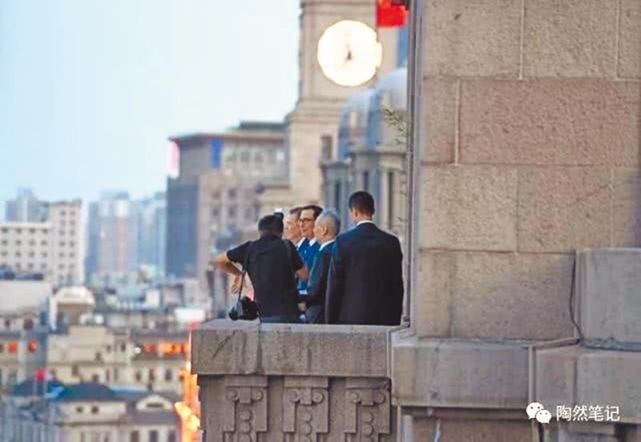 中美貿易談判三位牽頭人從和平飯店觀賞外灘風景。(取自公眾號@陶然筆記)
