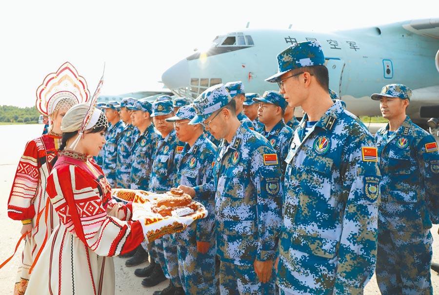 俄羅斯軍方舉行歡迎儀式,歡迎大陸參賽隊。(高宏偉攝)