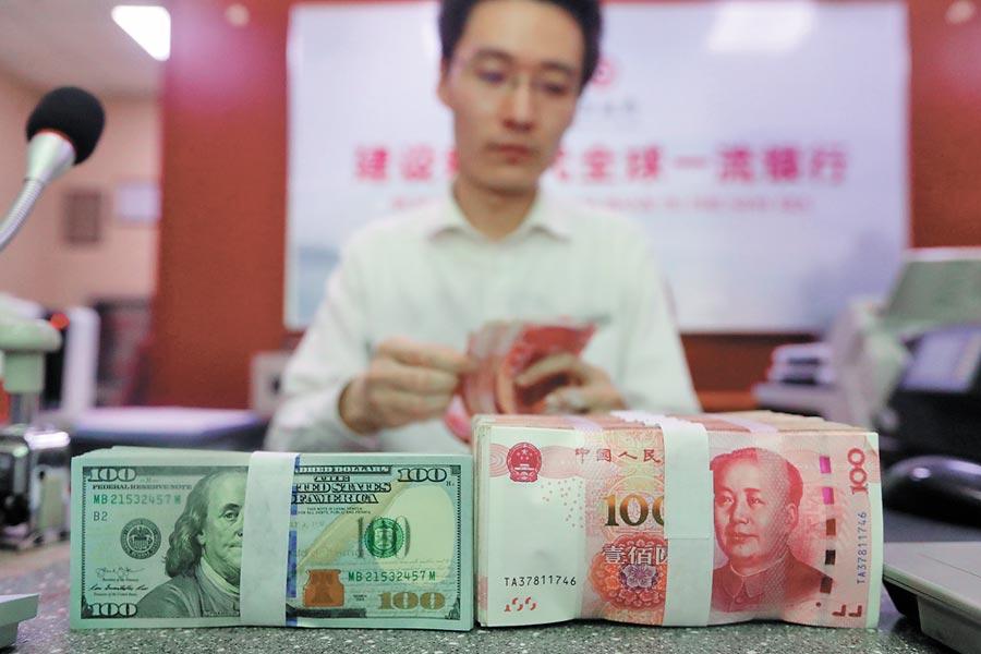 山西省太原市一銀行的工作人員在清點貨幣。(中新社資料照片)