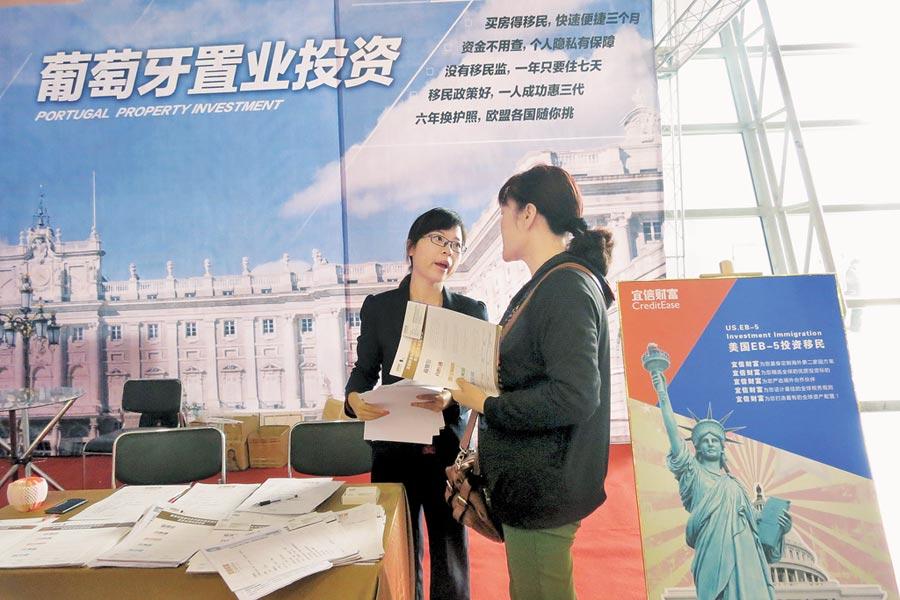 合肥房交會上,一名業務在推銷住房商品。(中新社資料照片)