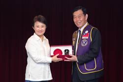 盧秀燕贈國際同濟會台灣總會漆器工藝 愛的力量「藝」起來