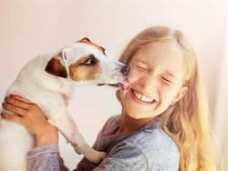 愛犬舔幾下 她病倒醒來手腳都被截肢