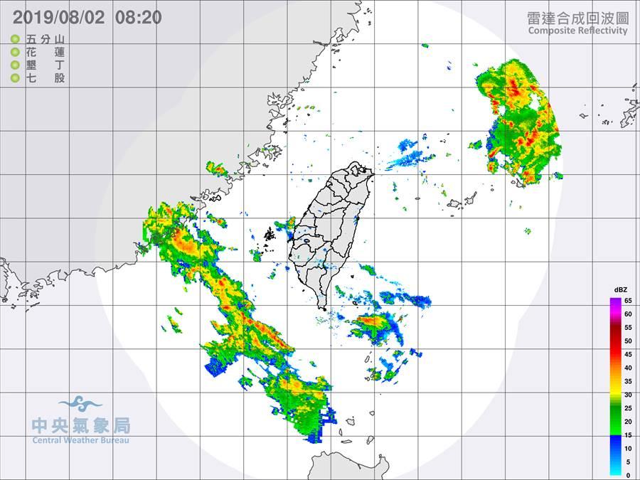 位於關島附近海面的熱帶性低氣壓,最快今天晚上生成今年第8號颱風「范斯高」。(翻攝中央氣象局衛星雲圖)