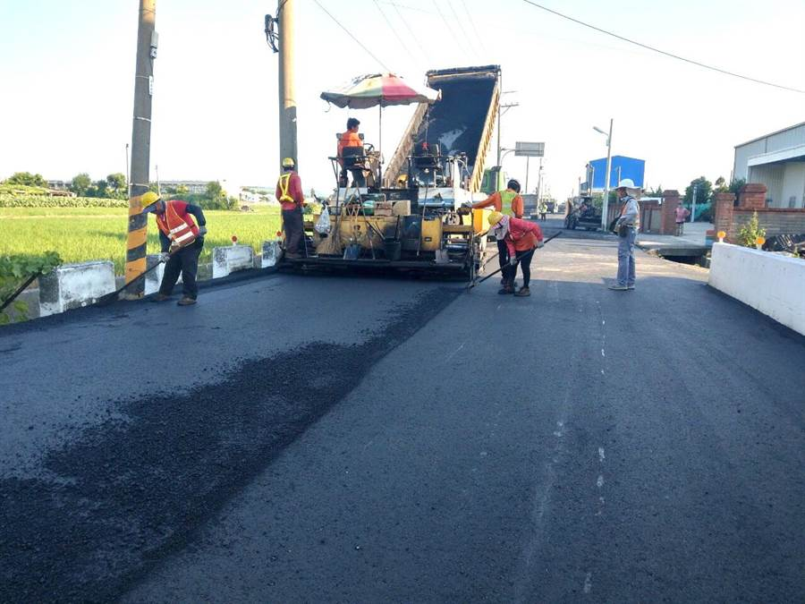 台中市府推動道路「燙平專案」,海線大安多路段路平完工。(盧金足攝)