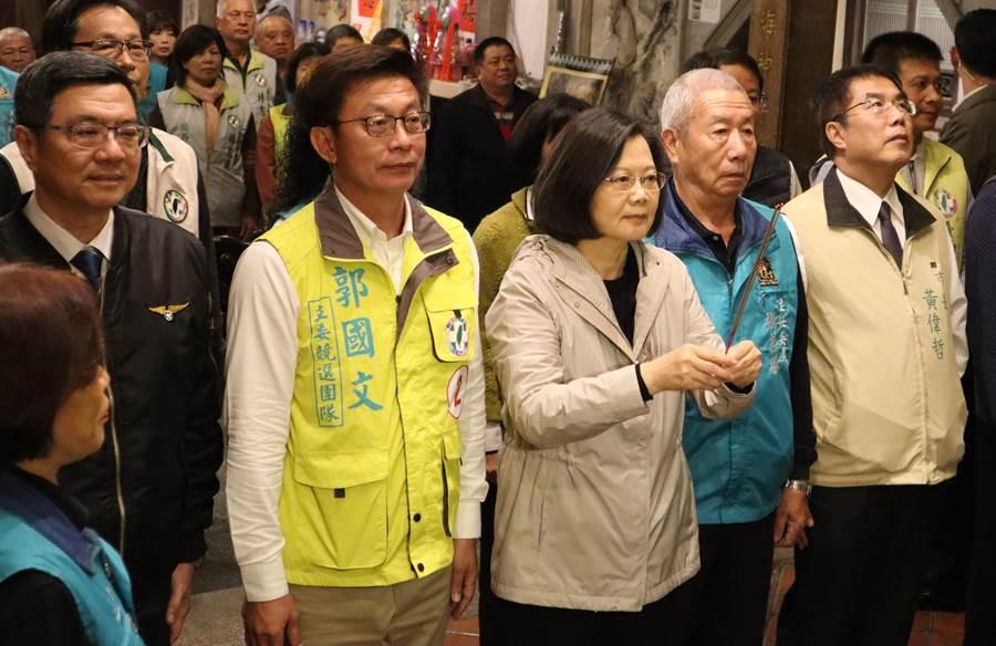民進黨郭國文(右四)第9屆立委補選在全黨出動輔選下,以47.05%得票率小贏3千多票驚險過關,並順利被提名競選連任。(劉秀芬攝)