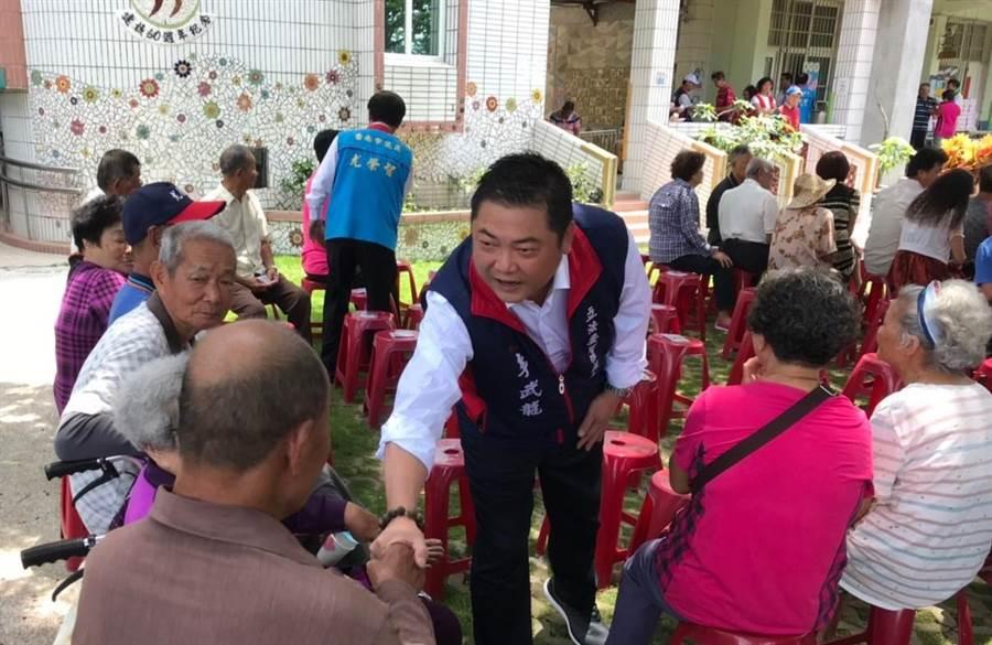 前台南縣議員李武龍(中)獲國民黨提名競選第10屆台南市第二選區立委,目前勤跑基層拜票。(劉秀芬翻攝)
