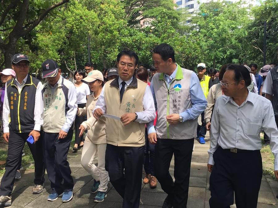 台南市長黃偉哲今天巡查巴克禮公園。(曹婷婷攝)