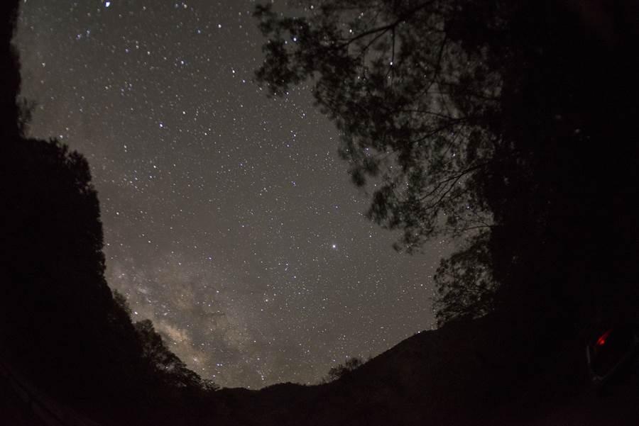 位於「南投」的仁愛鄉是觀星聖地之一,杉林溪、溪頭及合歡山地區等皆擁有極佳的觀星條件,可體驗立身於宇宙中般的驚奇感受。(Booking.com提供圖片來源:LiCheng Shih – 2018 from flickr)