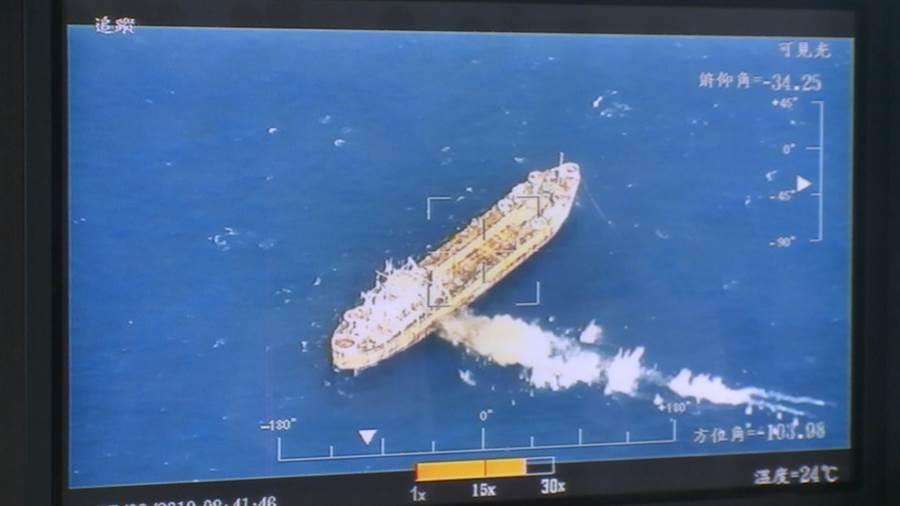 國防部2日公布魚叉飛彈擊中靶船畫面。(圖/國防部提供)