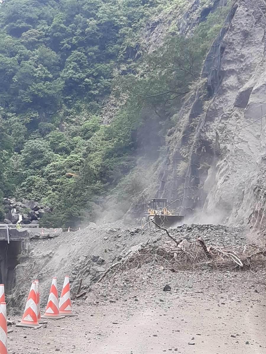 台7線32.5K榮華路段2日坍方道路封閉。(公路總局一工處提供)