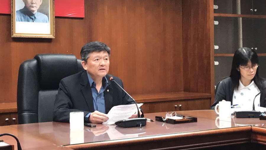 体育署副署长林哲宏于记者会宣布对滑冰协会的惩处。