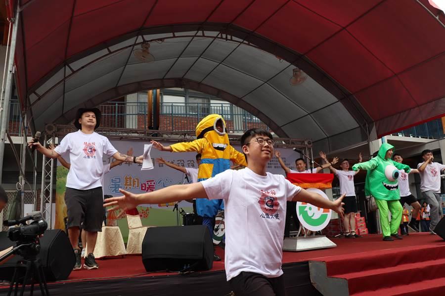 內政部2日在台南左鎮化石園區舉辦替代役暑期公益活動,在替代役公益大使藝人林柏昇KID(左一)的活潑主持下,全場大小朋友嗨翻天,熱鬧無比。(劉秀芬攝)