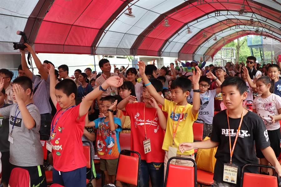 內政部2日在台南左鎮化石園區舉辦替代役暑期公益活動,約500名來自嘉義、台南、屏東的學童與役男共同參與。(劉秀芬攝)