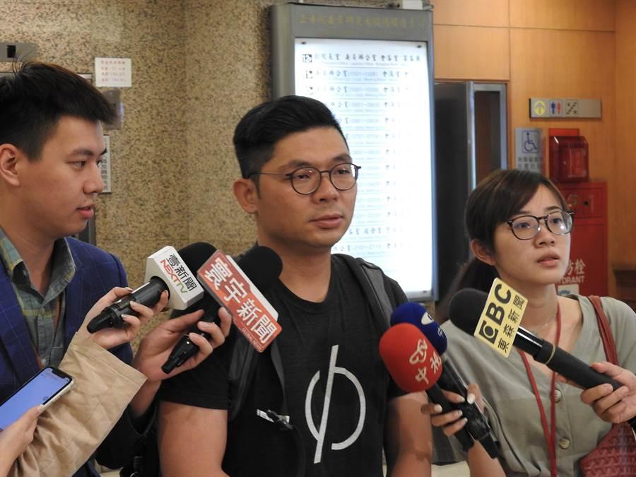 國民黨立委許毓仁上午接受媒體訪問。